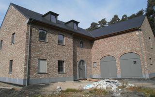 grande maison avec toiture en ardoises