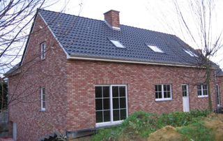 maison avec toit incliné en ardoises