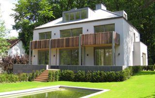 belle villa au toit incliné avec fenêtre