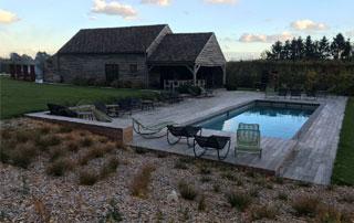 piscine extérieure avec abords en bois