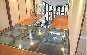 dalles en verre en haut d'un escalier