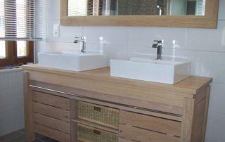 Meuble de salle de bain en bois et double vasque