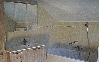 Bain et armoire de salle de bain