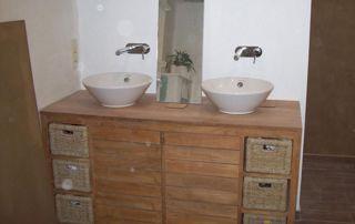 Lavabos et meuble en bois