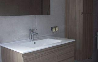 Lavabo moderne et miroir
