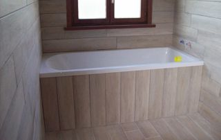 baignoire avec revetement en bois