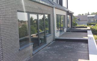 porte fenêtre ouverte sur terrasse