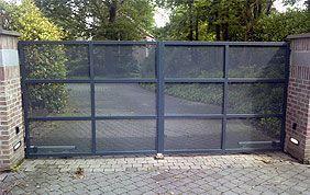 portail métallique perforé