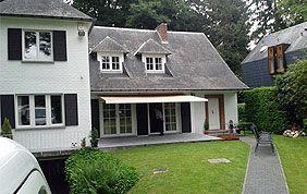 maison et jardin avec banne solaire