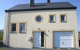 jolie maison avec fenêtres carrées et rondes