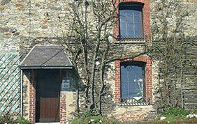 maison avec porte et fenêtres en bois