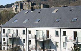 petit immeuble d'appartements avec châssis en PVC