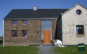 maison avec porte et fenêtres bois