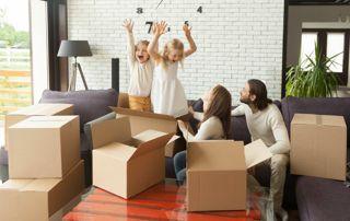 famille heureuse après déménagement