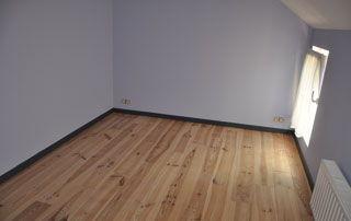 pièce entièrement rénovée : plancher installé et murs repeints