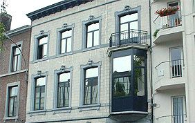 façade avec fenêtres PVC bleu foncé