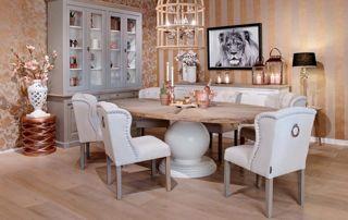 Table à manger en teck et chaises blanches