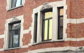 élégants châssis foncés sur façade de maison de maître à Bruxelles