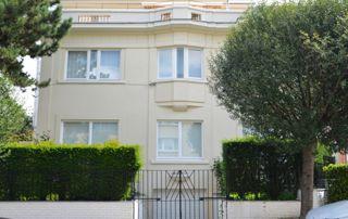 belle maison avec menuiseries extérieures bois blanc