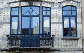 porte-fenêtre sur balustrade et fenêtre peintes en bleu