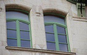 fenêtres en bois peintes en vert
