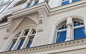 fenêtres sur façade beige