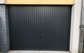 Porte basculante noire