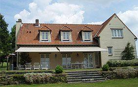 Maison avec grande protection solaire de terrasse.