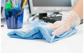 lavage de surface de bureau à l'aide d'un chiffon doux