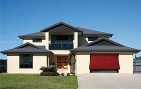 maison avec menuiseries extérieures rouges et bleues