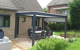 table et chauises de jardin sous toiture de terrasse