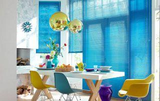 stores bleus à lamelles horizontales