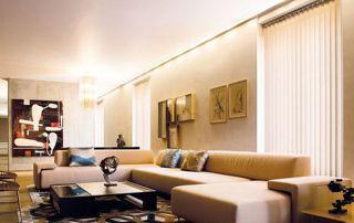 salon avec stores verticaux translucides
