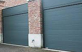deux portes de garage basculantes grises
