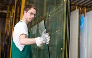 Professionnel qui porte une large surface vitrée