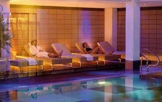 espace de relaxation devant piscine