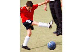adolescent tirant un penalty