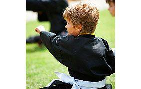 enfant en stage d'arts martiaux
