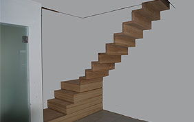 petit escalier en bois en construction