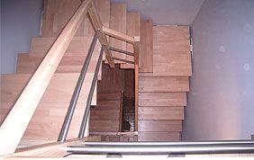 grand escalier en bois tournant sur plusieurs étages