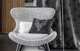 tenture avec fauteuil et coussins
