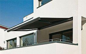 Screen solaire qui protège la terrasse d'une maison crème.