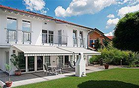 belle protection solaire de terrasse crème qui ombrage l'allée d'une maison blanche.