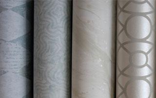 rouleaux de papiers peints dans les tons gris
