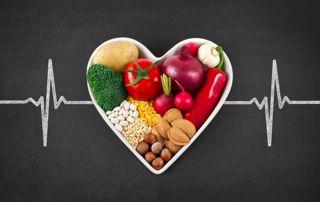 Coeur rempli de légumes avec une ligne d'encéphalogramme