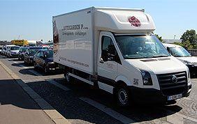 camionnette de déménageurs sur autoroute