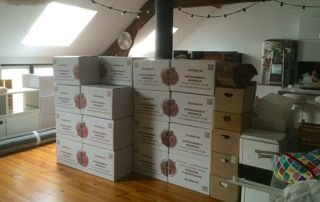 piles de cartons de déménagement