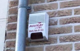 alarme sur mur extérieur près d'une gouttière