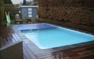 piscine extérieure avec couverture