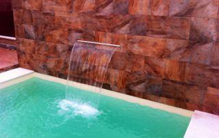 chute d'eau sur muret en pierres